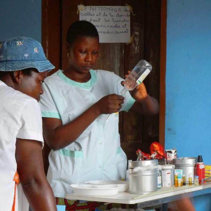 Infirmières dispensaire brousse