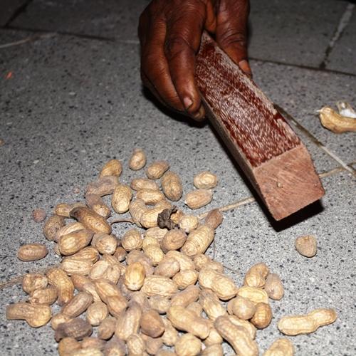 Décortiquer arachides