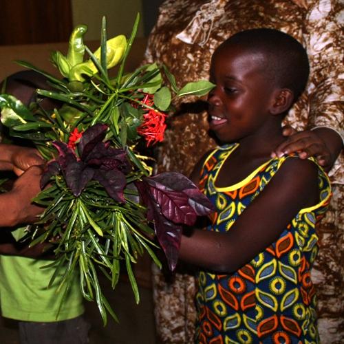 Enfant offre fleurs