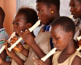 Petit concert de flûte à l'école lors d'une animation musicale
