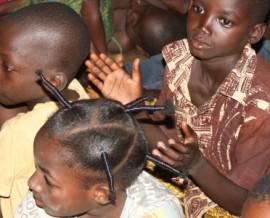Séance de cinéma à l'orphelinat