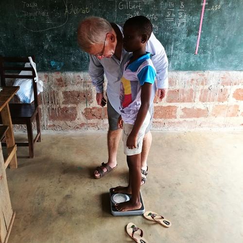 Controle poids enfant Afrique - Mission humanitaire santé