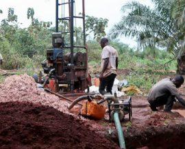 Benoît suit la création d'un accès à l'eau potable