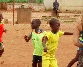 Des paniers de basket à l'orphelinat