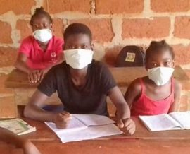 Fabrication de masques à l'orphelinat contre le Covid-19